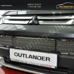 Накладка на решетку в бампер Митсубиши Outlander 2012-14
